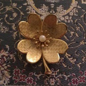 🏵️ 3/$20 VTG Shamrock Gold Tone Faux Pearl Brooch